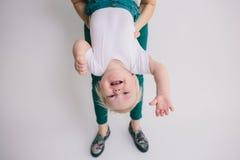 在白色背景隔绝的一个爬行的婴孩的画象 免版税库存图片