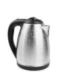 在白色背景隔绝的一个现代水壶的特写镜头 黑色和金属水壶 一套新的厨具 电器物 免版税库存图片