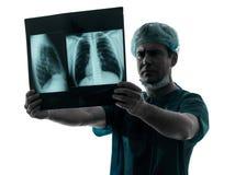 篡改外科医生放射学家examaning的肺躯干X-射线图象 图库摄影