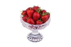 在白色背景隔绝的一个玻璃碗的新鲜的草莓 免版税库存照片
