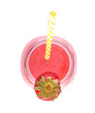在白色背景隔绝的一名桃红色圆滑的人的顶视图 在金属螺盖玻璃瓶的鲜美草莓鸡尾酒 特写镜头新鲜的红色莓果 免版税库存照片