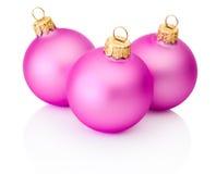 在白色背景隔绝的三个桃红色圣诞节球 免版税库存照片