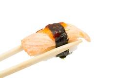 在白色背景隔绝的三文鱼寿司nigiri 免版税库存图片