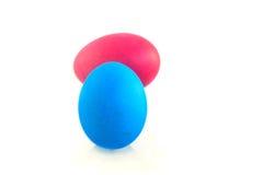 在白色背景隔绝的两个五颜六色的复活节彩蛋 库存图片