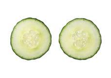 在白色背景隔绝的两个新伐黄瓜切片, clos 免版税库存照片
