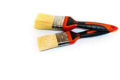 在白色背景隔绝的两把油漆刷 免版税库存图片
