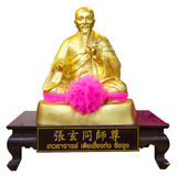 在白色背景隔绝的中国神的金黄雕象 库存图片
