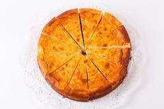 在白色背景隔绝的乳酪蛋糕 图库摄影