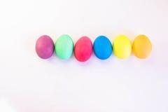 在白色背景隔绝的五颜六色的复活节彩蛋行  免版税库存图片