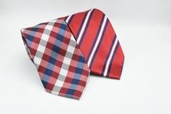 在白色背景隔绝的五颜六色的镶边和方格的丝绸人领带 免版税库存图片