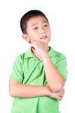 在白色背景隔绝的亚洲男孩认为 免版税库存照片