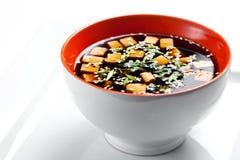 在白色背景隔绝的传统日本大酱汤 免版税图库摄影