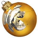 在白色背景隔绝的偶然地打破的金黄圣诞节玻璃球 库存图片