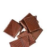 在白色背景隔绝的切好的巧克力块 黑暗的chocola 库存照片