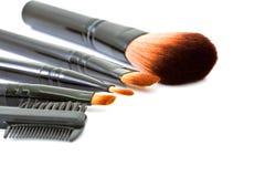 在白色背景隔绝的化妆刷子 免版税库存照片