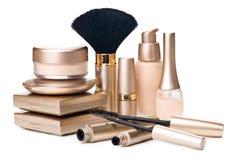 在白色背景隔绝的化妆用品。金子cosmeti 免版税库存照片