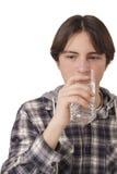 十几岁的男孩饮用水 免版税库存照片