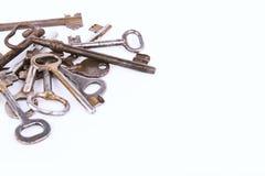 在白色背景隔绝的古老钥匙的收藏 免版税库存照片