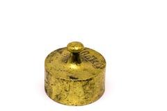 在白色背景隔绝的古色古香的黄铜定标重量 库存图片