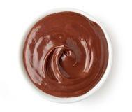 在白色背景隔绝的圆的盘的巧克力奶油 免版税图库摄影