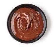 在白色背景隔绝的圆的盘的巧克力奶油 免版税库存照片