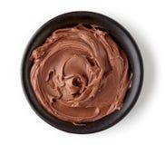在白色背景隔绝的圆的盘的巧克力奶油 图库摄影