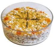 在白色背景隔绝的圆的玻璃碗的被装饰的奥利维尔沙拉 库存照片