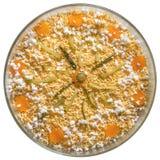 在白色背景隔绝的圆的玻璃碗的被装饰的奥利维尔沙拉 免版税图库摄影