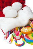 在白色背景隔绝的圣诞节袜子的糖果 免版税库存图片
