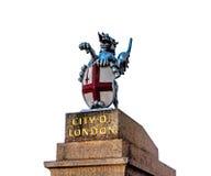 在白色背景隔绝的垫座的伦敦市新来的人 圣乔治龙雕象在伦敦,英国 英国的标志 免版税库存照片