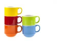 在白色背景隔绝的堆五颜六色的咖啡杯 免版税库存图片