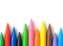 在白色背景隔绝的堆五颜六色的蜡笔。 免版税库存图片