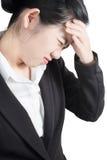 在白色背景隔绝的女实业家的头疼症状 在白色背景的裁减路线 库存照片