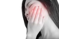 在白色背景隔绝的妇女的牙痛症状 在白色背景的裁减路线 免版税库存照片