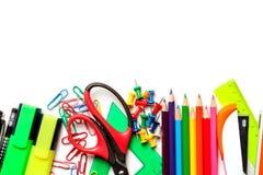 在白色背景隔绝的学校和艺术供应 顶视图 免版税库存照片
