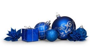 在白色背景隔绝的小组蓝色圣诞节球 库存照片