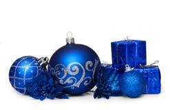 在白色背景隔绝的小组蓝色圣诞节球 免版税库存图片