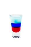 在白色背景隔绝的层状短的酒精鸡尾酒 早晨,促合成和俄国旗子 库存照片