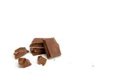 在白色背景隔绝的巧克力片断 图库摄影