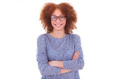 在白色背景隔绝的愉快的年轻西班牙十几岁的女孩 库存图片