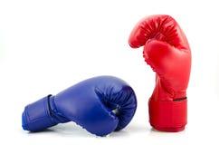 在白色背景隔绝的拳击手套 免版税库存照片