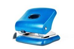 在白色背景隔绝的新的蓝色办公室纸打孔器 免版税库存图片