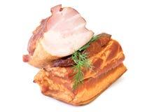 在白色背景隔绝的新近地抽烟的猪肉 免版税图库摄影