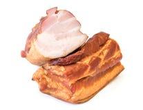 在白色背景隔绝的新近地抽烟的猪肉 图库摄影