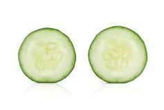 在白色背景隔绝的新鲜的切片黄瓜 库存图片