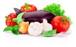 在白色背景隔绝的新鲜的未加工的蔬菜 免版税图库摄影