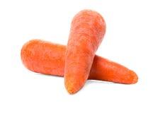 在白色背景隔绝的新鲜的橙色红萝卜 甜未加工的红萝卜肿胀 健康饮料的整个菜 免版税库存图片
