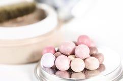 在白色背景隔绝的明亮的珍珠粉末 免版税库存图片
