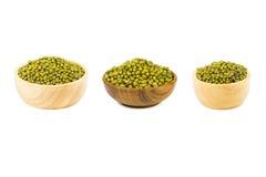 在白色背景隔绝的木碗的绿豆 免版税图库摄影