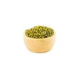在白色背景隔绝的木碗的绿豆 库存图片